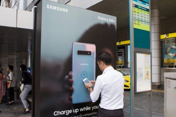Quảng cáo nhà chờ xe bus có thể sạc pin điện thoại của Samsung
